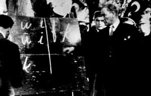 Ataturk-Kara-tahta-onunde-harf-tanitiyor