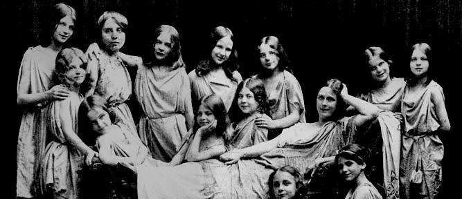 isadora-duncan-with-children-at-grunewald-school-1908-1