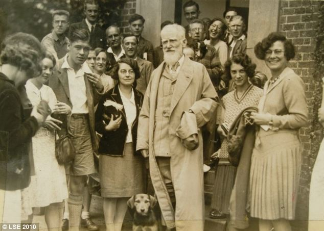 Bernard-Shaw-with-some-students-from-the-1930-Independent-Labour-Party-Summer-School