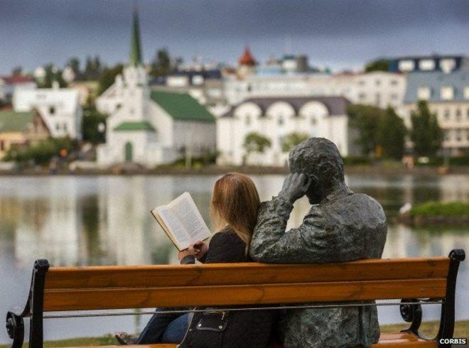 izlanda-iceland-read-book-kitap-okuyor