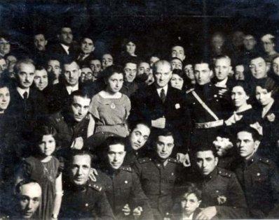 Mustafa-Kemal-Ataturk- İsmet-İnonu ile-birlikte-askeri-okul-talebeleri-ve-genclerle-beraber-cektirdikleri-fotograf