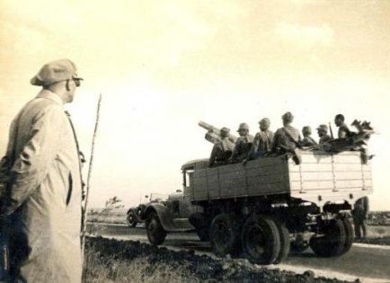 Mustafa-Kemal-Ataturk-askeri-manevra-esnasinda-askerleri-izliyor