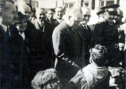 Mustafa-Kemal-Ataturk-bir-seyahatinde-cocuklarla-sohbet-ederken-Maresal-Fevzi-cakmak-la-beraber