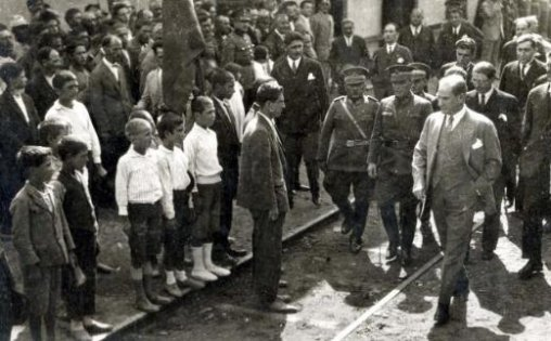 Mustafa-Kemal-Ataturk-un-Ankara-Tren-Gari-nda-karsilanmasi-2