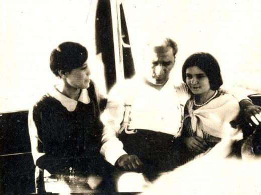 Mustafa-Kemal-Ataturk-un-genclerle-sohbet-ederken-cok-ozel-fotograflari