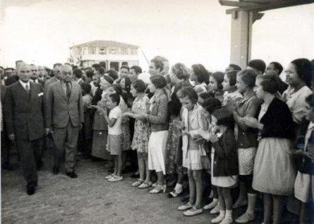 Mustafa-Kemal-Ataturk-ve-gencler