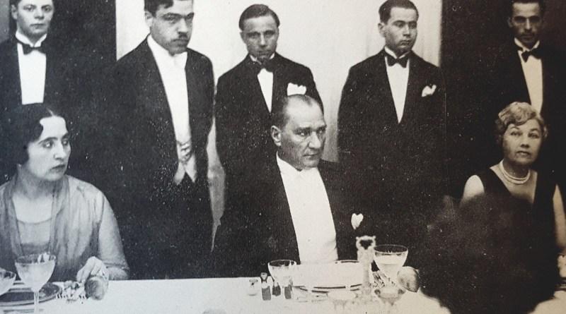 Ankara'da bir Cumhuriyet Balosu. Bayan Özalp, Atatürk, Bayan Suriç